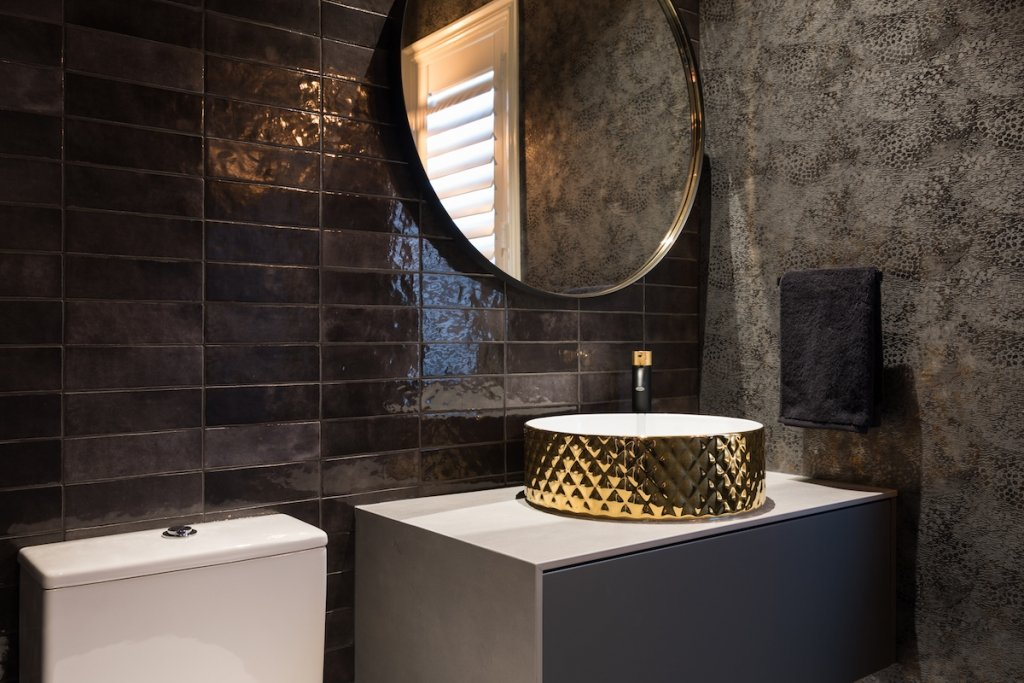 nicola_manning_design_luxurious_black_bathroom